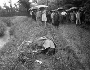 玉川上水で投身自殺した太宰治とその愛人の山崎富栄の遺体