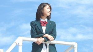 学校の屋上に立つ桜良